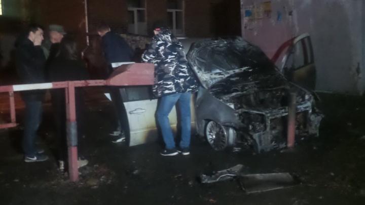 Охранник уверен, что автомобиль подожгли: у общежития УрФУ сгорела машина