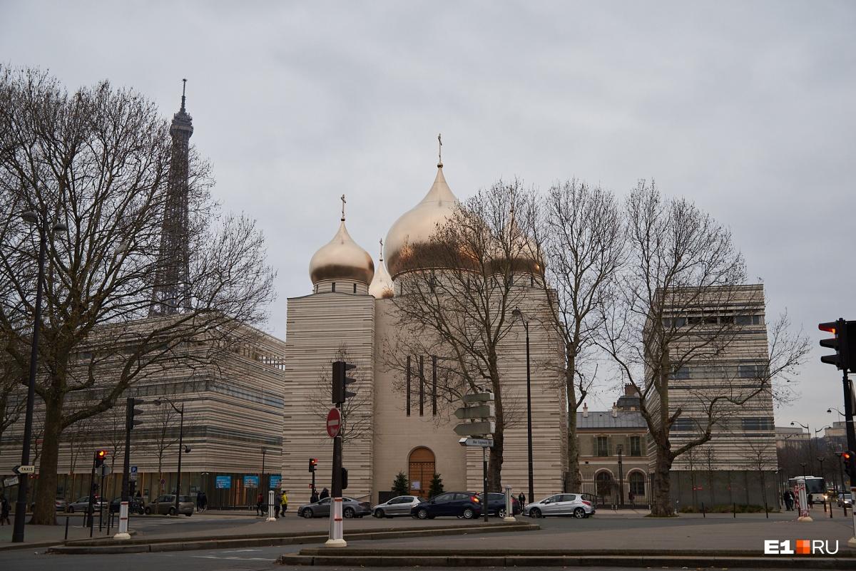 А это православная церковь в Париже. Может, нам такую надо вместо храма на Драме?
