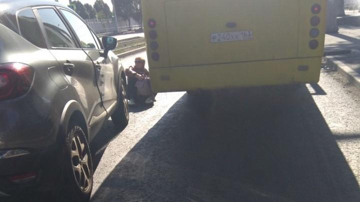 Выходила из трамвая: в Самаре водитель «Рено-Каптюр» сбил женщину