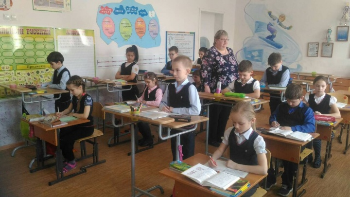В школе на правобережье отказались от стульев и учат детей стоя