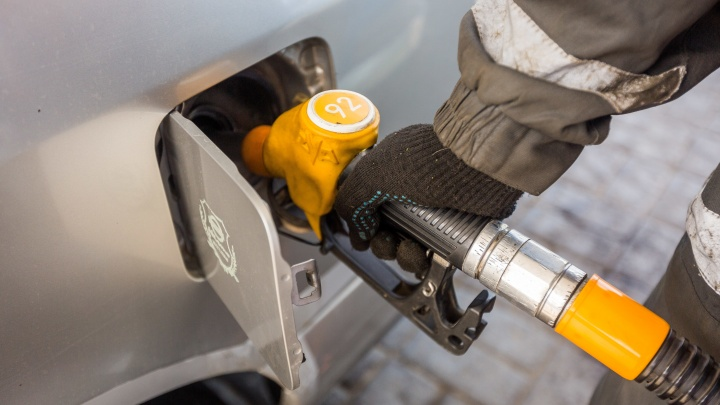 В Новосибирске продолжилось падение цен на бензин и солярку