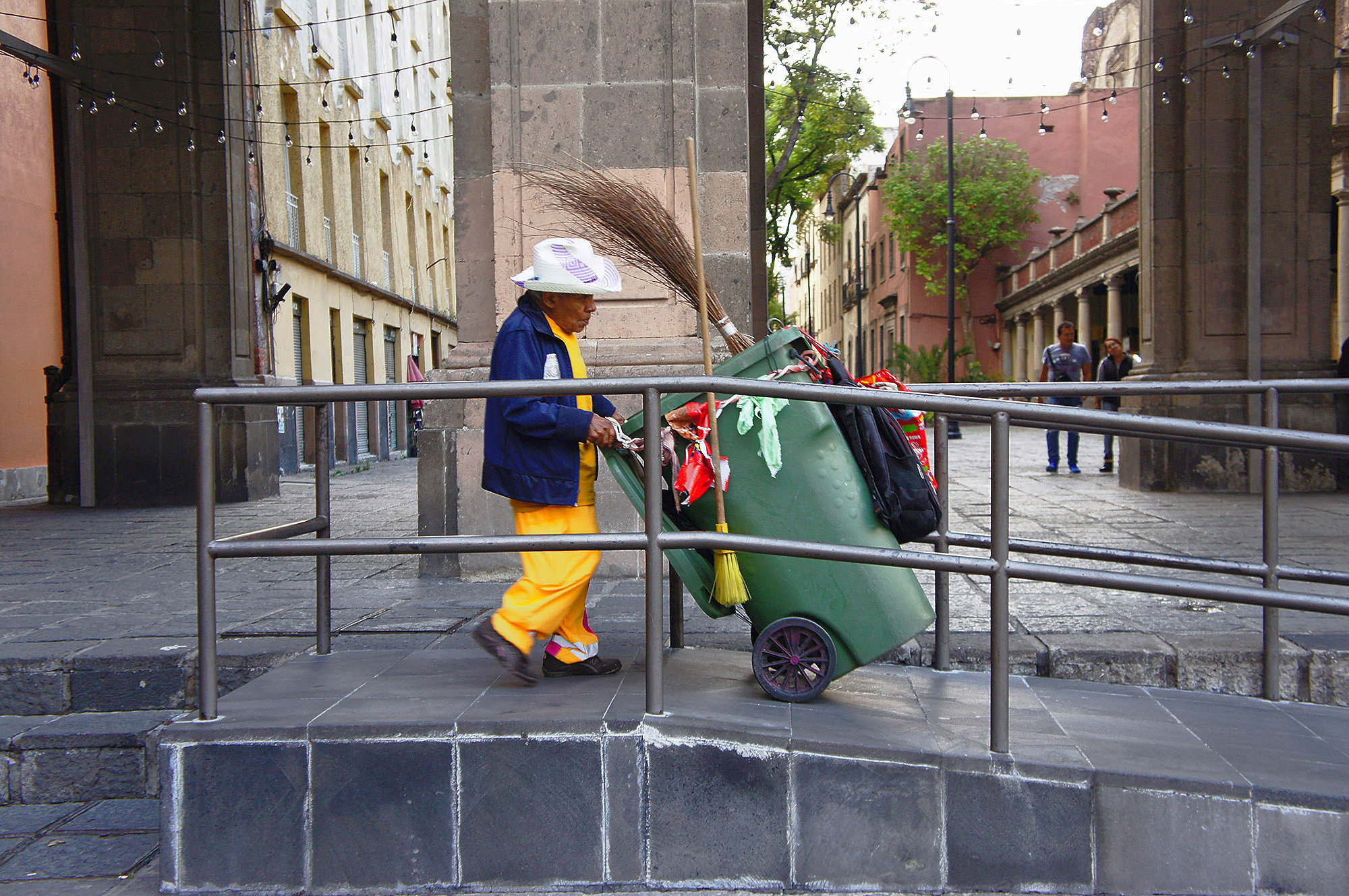 Нельзя сказать, что уборщики не работают...