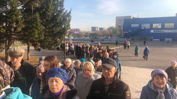 Тысячи красноярских пенсионеров выстроились в очереди за бесплатной подпиской на газету