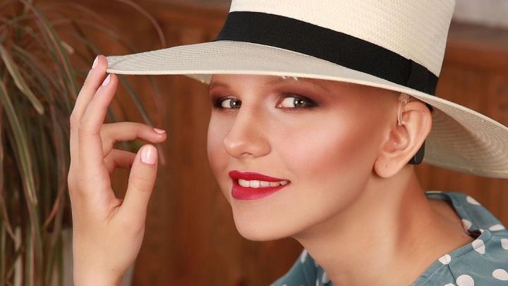 17-летнюю девушку с алопецией из Красноярска пригласили открыть показ Moscow Fashion Week