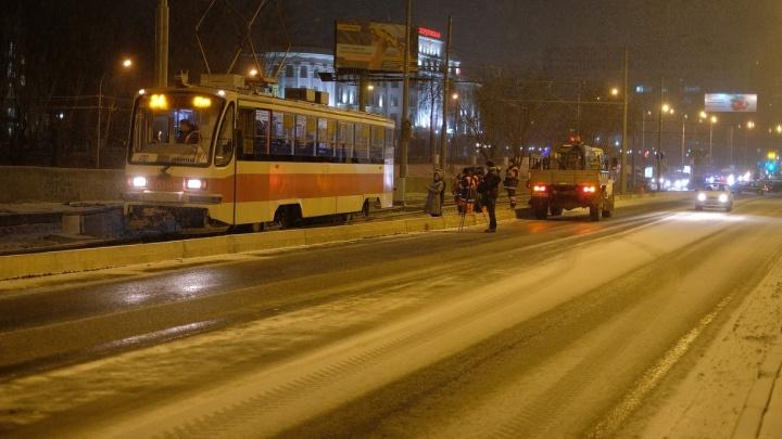 Дорожники перекрыли Макаровский мост и испытали его на прочность набитым трамваем