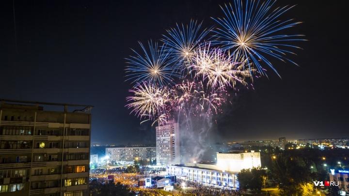 Фейерверк в Волжском: смотрите яркие кадры с Дня города