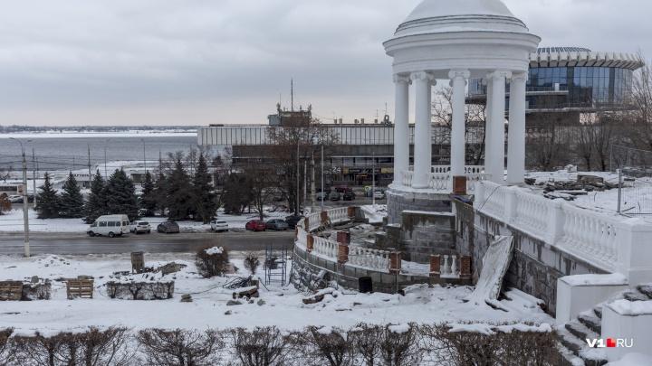 «Весной доделаем все штрихи»: на набережной Волгограда остановили ползущую вниз ротонду