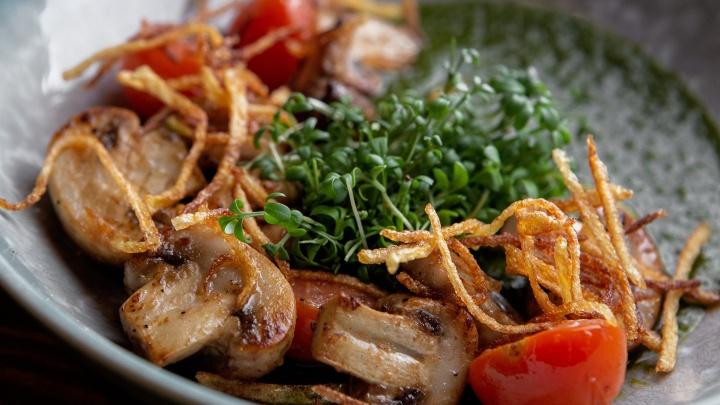 Панна котта, голубцы и груша в карамели: смотрим, чем кормят в тюменских ресторанах в пост