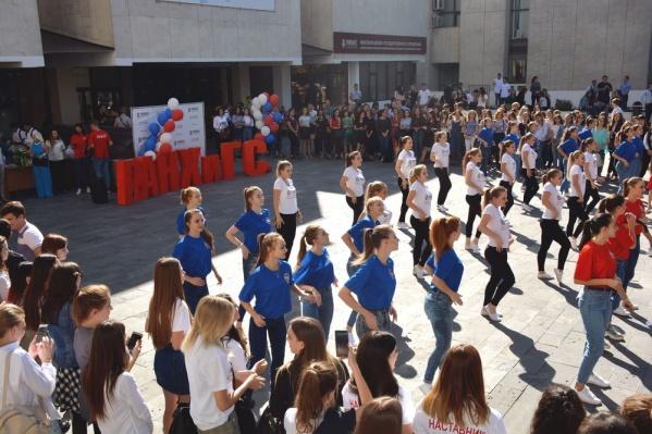 Студенты и преподаватели отпраздновали день рождения ЮРИУ РАНХиГС вместе