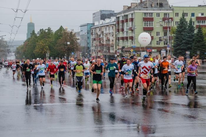 Начало марафона в Перми. Бег под дождём