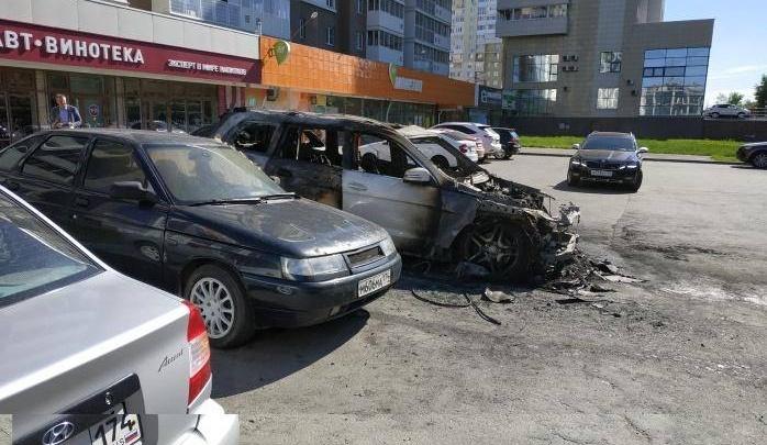 Во дворе дома в Челябинске выгорел дотла Mercedes,пострадали стоявшие рядом машины