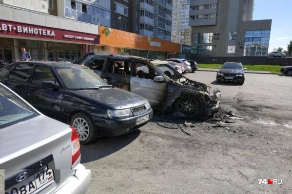 Машина была припаркована с внешней стороны дома № 68 на улице Братьев Кашириных