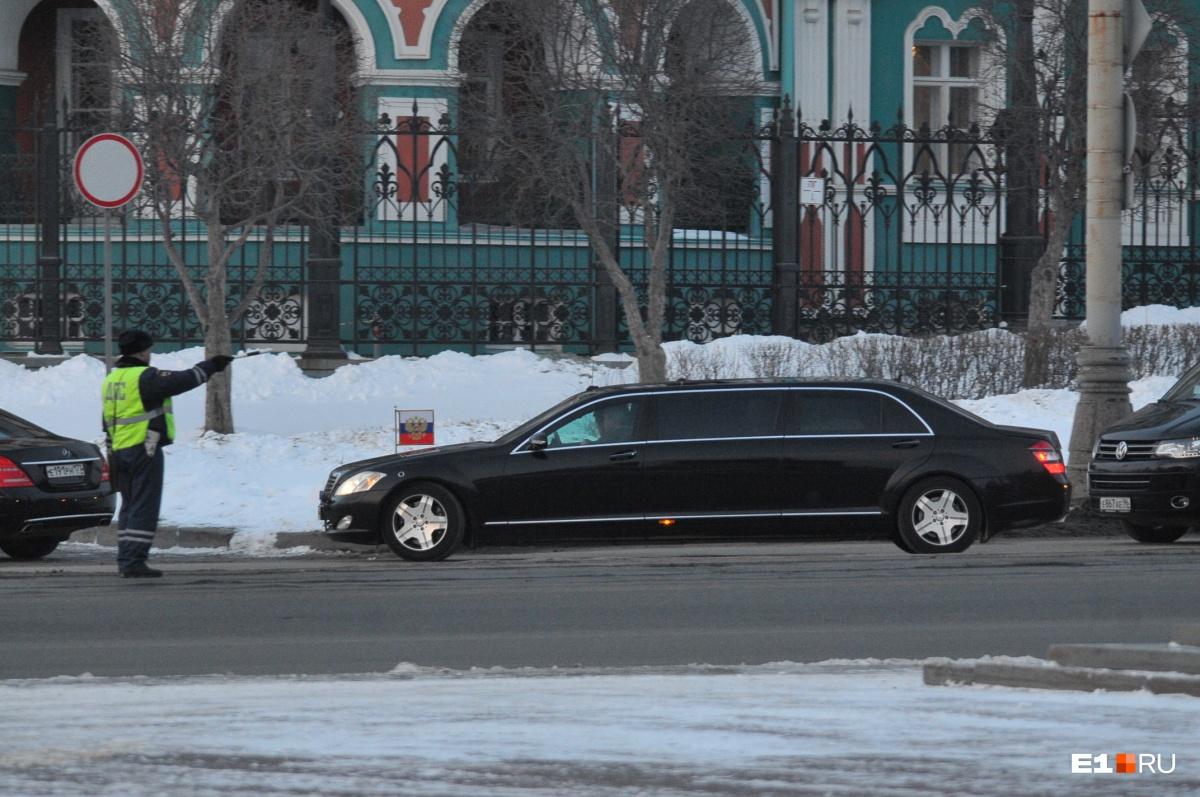 6 марта Екатеринбург замер. И в пробках, и вообще. В город в тот день приезжал Владимир Путин. Коммунальщики в срочном порядке убирали улицы от снежных завалов, полицейские перекрывали движение пешеходов у резиденции,  а по городу носился президентский кортеж