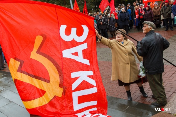 По традиции, коммунисты пойдут с флагами и транспарантами