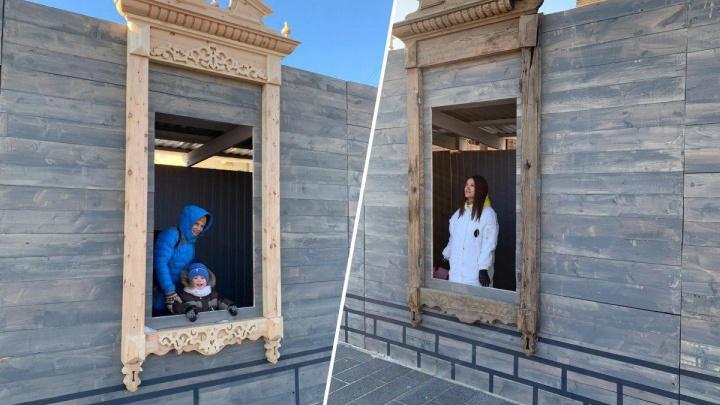 В Историческом квартале строительный забор украсили антикварными наличниками