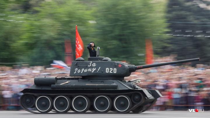Грозное «Торнадо» и крадущийся «Тигр»: военные Волгограда готовят технику к параду Победы