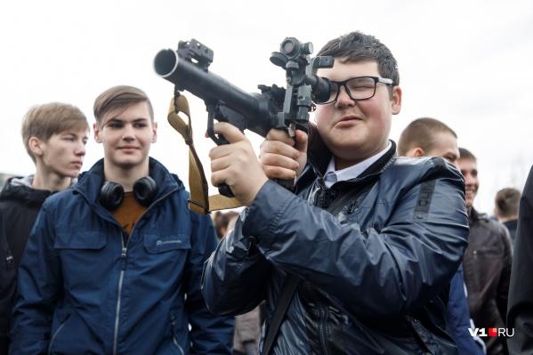 Волгоградские призывники с интересом отправились к боевому оружию
