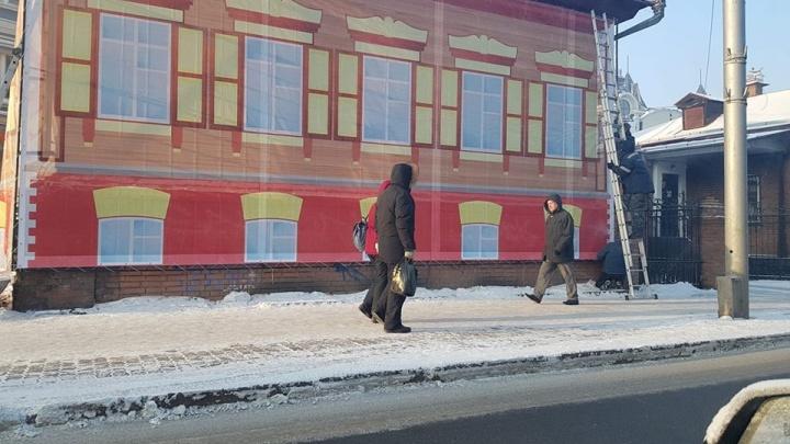 Компания из Дагестана завесила баннерами старые дома и страшные заборы в Красноярске
