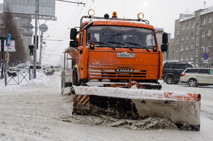 За сутки на уборку города выходит больше 400 машин