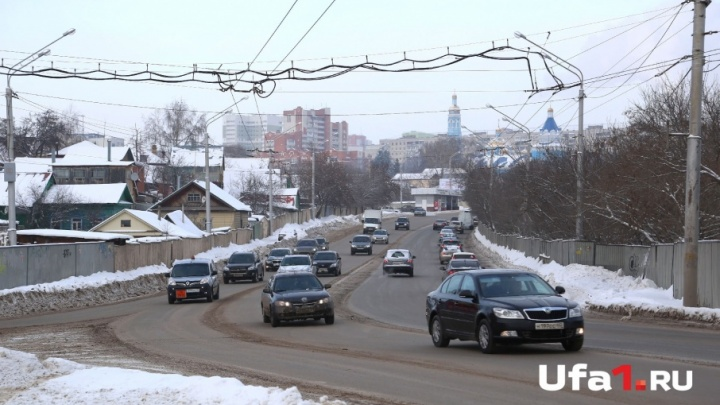 «Пользуйтесь автобусом»: вместо перехода уфимцу посоветовали опасный участок дороги объезжать