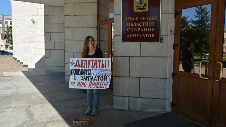 «Депутаты, поделитесь зарплатой»: семь человек вышли с пикетами к зданию Архоблсобрания