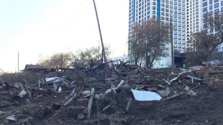 Остались одни щепки: на Уктусе, где собираются строить новый жилой квартал, снесли старые дома