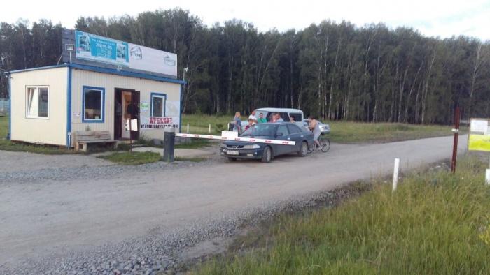 Въезд на новую дорогу перекрыли шлагбаумом и поставили будку охраны