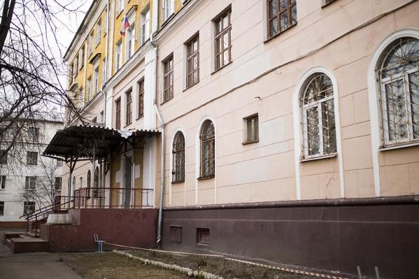 Фасад здания весь в трещинах