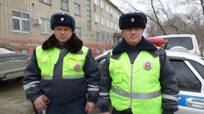 Автоинспекторы Ринат Галимзянов и Алексей Соколов устроили погоню за машиной подозреваемого и через несколько километров прижали ее к обочине