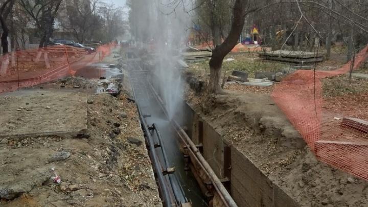 «Только откачивают воду»: в Волгограде почти полгода не могут закопать глубокую траншею во дворе