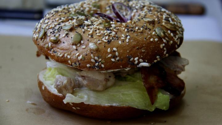 Шеф-повар ушел из известного ресторана и открыл фастфуд с бургерами еврейских иммигрантов
