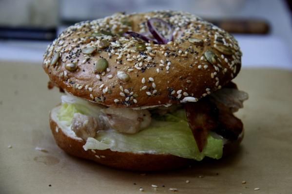 Сэндвичи на основе бейглов уже давно готовят в новосибирских кофейнях, но сделать на основе этого блюда заведение уличной еды пока никто не пытался