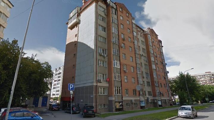 Тюменец случайно «забыл» про гостью и запер её в квартире на полдня. Женщину вызволяли спасатели