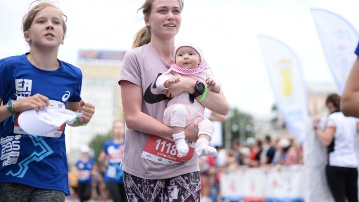 Мамы с грудными детьми, собаки и парень в костюме «Крика»: 20 лучших фото марафона «Европа-Азия»