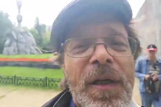 Блогера Тимура Ханова избили во время прямого эфира в сквере павших в годы Гражданской войны