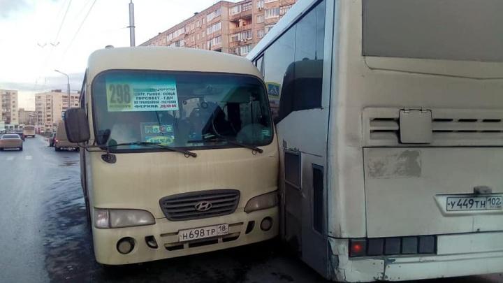 В Уфе водителю автобуса стало плохо за рулем, он врезался в маршрутку