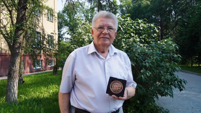 Геннадий Швецов с медалью