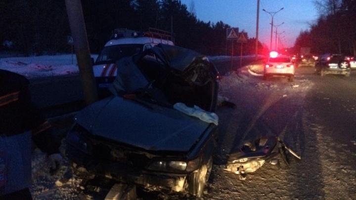 Honda Accord влетела в столб на Бердском шоссе— водитель скончался на месте