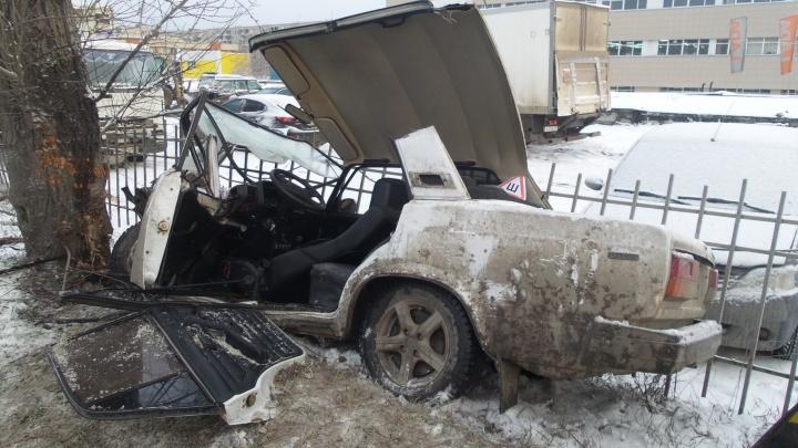 """Спасатели вырезали из """"семёрки"""" водителя, который улетел в дерево на Объездной"""