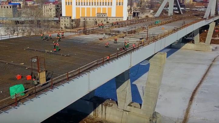 Вяжут арматуру: весенний Фрунзенский мост сняли на видео с высоты птичьего полёта