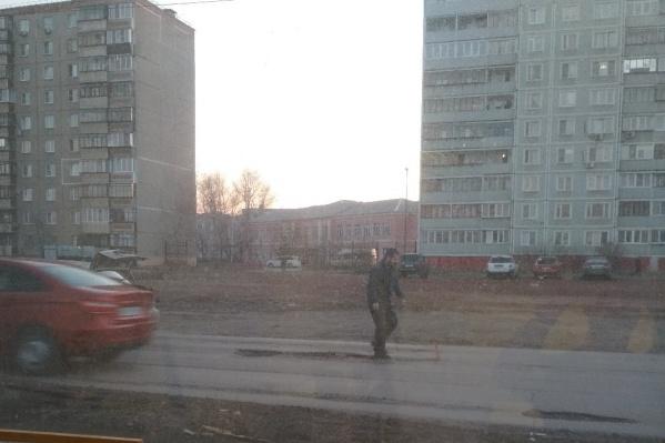 Мужчина выставил аварийный знак и без каких-либо инструментов выровнял дорогу