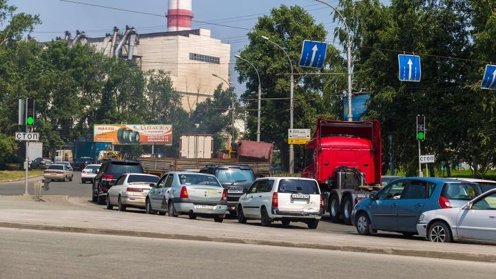 Утро не задалось: новосибирцы встали в глухой пробке на площади Труда