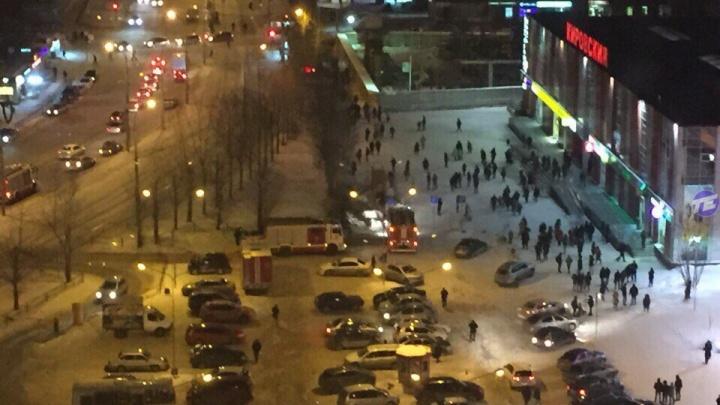 На ЖБИ пожарные эвакуировали 205 покупателей и сотрудников «Кировского»
