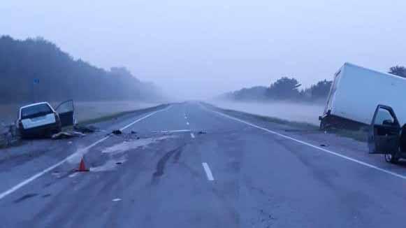 «Мицубиси» попал в лобовое ДТП с грузовиком на трассе: водителя легкового автомобиля зажало