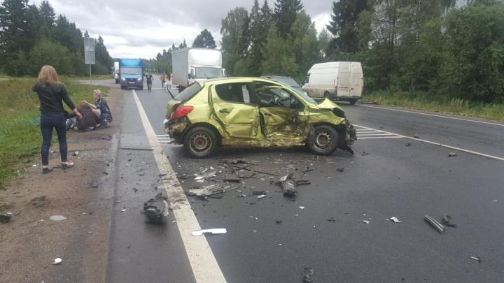 «Крови было много»: в ДТП в Ярославской области пострадали четыре человека