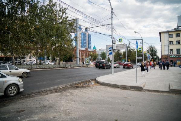 На этой неделе дорожные рабочие закончат укладывать асфальтобетон на проезжей части Красного проспекта