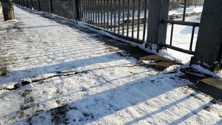 На тротуаре Ленинградского моста нашли трещины