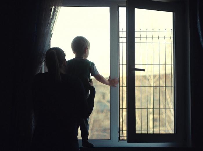 Летом люди часто держат окна открытыми —важно обезопасить ребёнка.