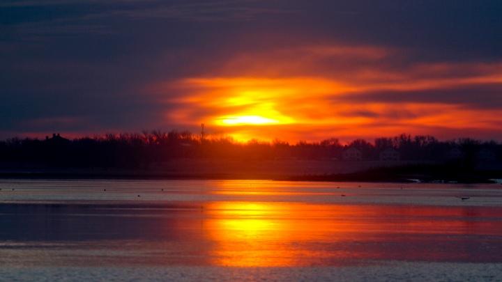 «Это нужно видеть вживую»: фотограф запечатлел красочный восход в Волгограде в день солнцестояния