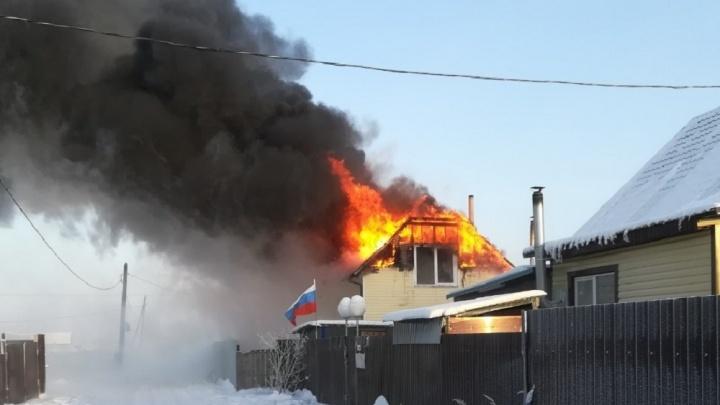 В СНТ «Липовый остров», которое в морозы осталось без света, сгорел двухэтажный дом